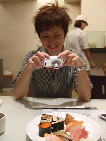 很開心的拍照,結果二人默默吃完這盤,還沒飽到就走了,續攤去!