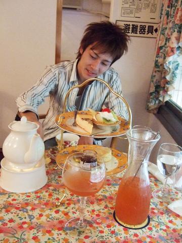 停電把下午計劃都打亂了,改到玫瑰園喝下午茶。玫瑰水好喝!