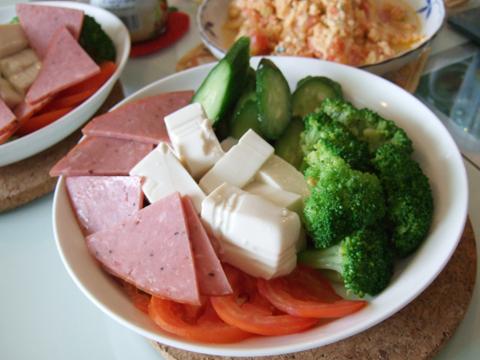 Ryo做的火腿豆腐生菜沙拉,十分新鮮哩,好好吃!