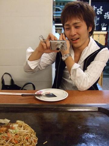 Ryo今天很忙喔,又是講電話又是拍照和吃麵~電話很有趣