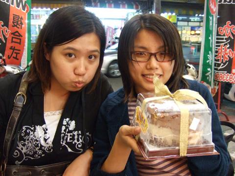 虹君姐姐買小蛋糕幫姐和我慶生,真感心!