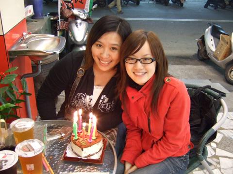 雖然二人都是12/17生日,今年還是第一次一起吃蛋糕哩
