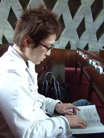 進入教室內部,不知為何他突然拿起聖經彈起琴來