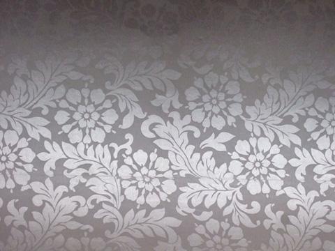 天花版裝潢得也很講究,用的是花紋燙銀壁紙喔