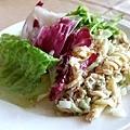 自助沙拉吧裡有鮪魚拌螺旋麵,加了洋蔥丁和細柴魚粉,好好吃!