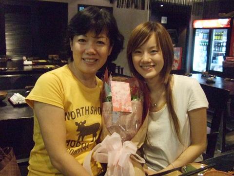 同一天晚上我約了大家一起去吃日本料理,這束花是拼克的心意喔