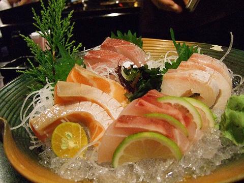 這裡的生魚片切得超厚!而且很新鮮,吃起來好彈牙!