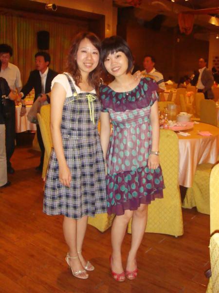 小妞們穿上小洋裝和高跟鞋立刻氣質上身,我發自內心感覺這樣很棒