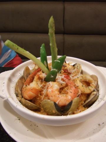 媽點了蕃茄海鮮燉飯,邊吃邊發出好鮮啊~的讚嘆