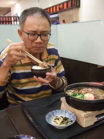 爸爸第一次吃壽喜燒,吃得津津有味!