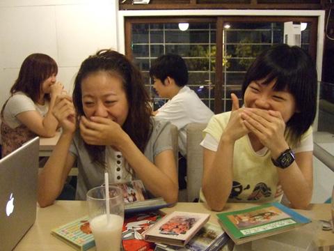 瞧這二位小妞笑得樂不可支!