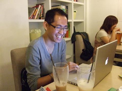宅男在電腦前的笑容