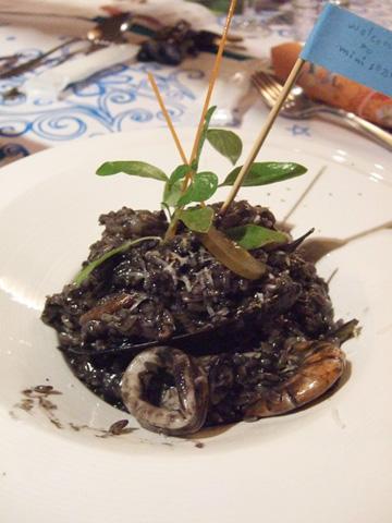 一今的墨魚汁海鮮起司燉飯,好黑一陀裡面還暗藏一個超大九孔殼