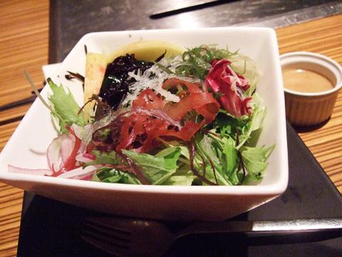 拼克的寒天青蔬沙拉,外觀不怎樣,但加上特調芝麻醬好香好好吃