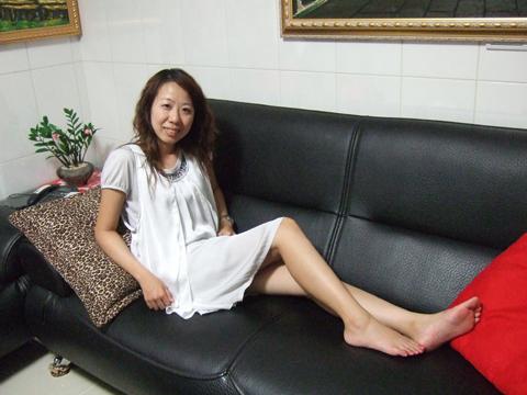 坐在新的皮沙發上露美腿裝貴婦是一定要的囉