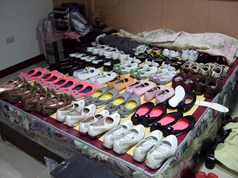 超誇張!之前沒賣出去的鞋子全部舖在床上裝飾了!