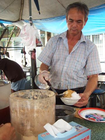 烤完肉口好渴所以去吃冰,老闆前面那桶是麵茶粉喔!