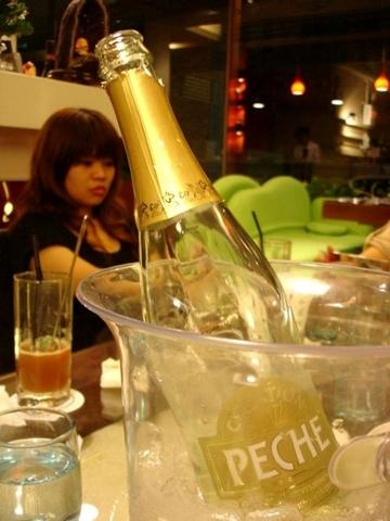 凱子娘拼克,說是要為了小沃和惠妮特別開了一瓶香檳!