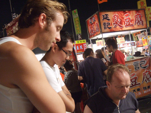 小喝一巡之後續攤去夜市逛逛,三人幹嘛一臉認真?其實在玩遊戲拉