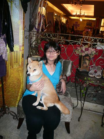 飯後在18巷的某間小店,六個女人和一隻狗在這裡躲雨兼血拚