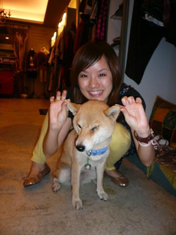 哈!有點不情願的Yu 她耳朵厚厚肉肉的好可愛喔