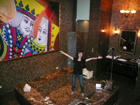 是樓中樓,有大浴缸!!! 還有...那個K想對Q對做什麼??