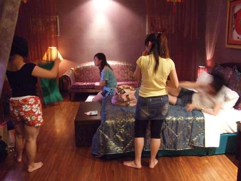 一間還算有情調的春宮被四個各忙各的女人搞得很沒fu哩