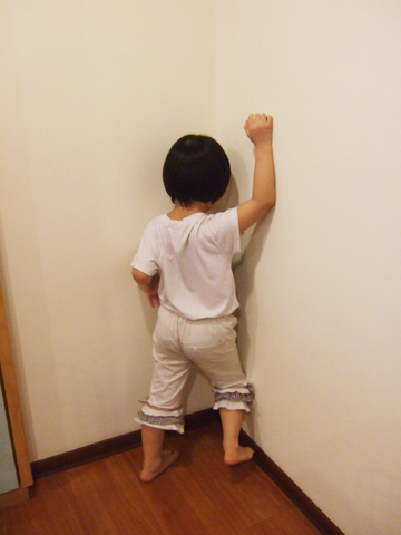 下一秒馬上在牆角捶牆大哭吵著說要回去找阿公,妳這個小惡魔!