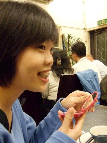 自稱來插花的小拖,因為她 戴 牙 套 了!才剛裝上太痛不能吃
