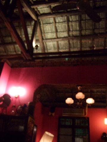 老屋頂亳不遮掩,室與室之間打洞做出空間穿透,紅磚水泥盡露