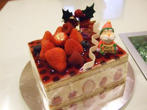 有濃濃的聖誕氣息的草莓卡士達蛋糕?看起來就很好吃~