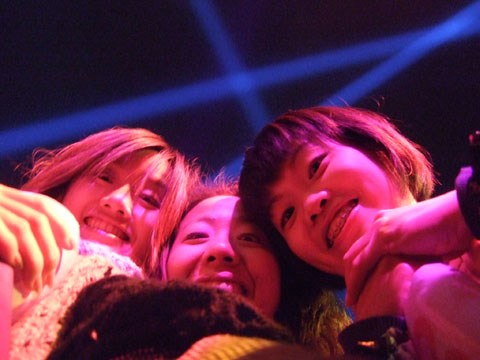 往下看的笑容看久了會突然變得可怕,這三個女人好像有什麼企圖耶