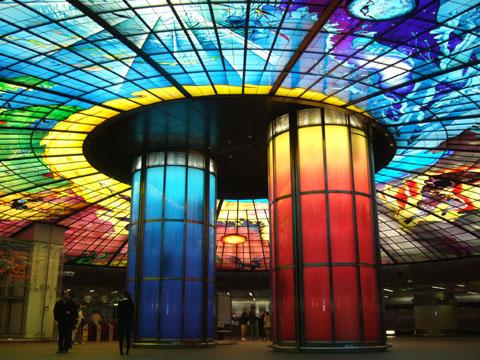 傳說中美麗島站的光之穹頂確實很美,巨型的彩繪玻璃好壯觀喔
