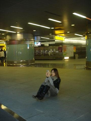 有時想取好角度拍照,不顧他人眼光大剌剌坐在地上是很重要的:)