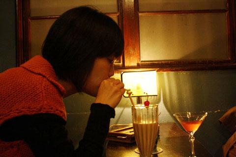 小女孩多喝一點才會長得又大又健康