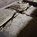 一看不得了,裡面放了一堆被虫啃食過不曉得是否也百歲以上的古書