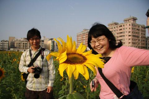 其實這張照片有三個人,向日葵先生也算一個