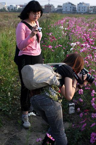 攝影師的姿勢.正常站姿拍.左腳半蹲右腳往右伸直翹屁屁拍