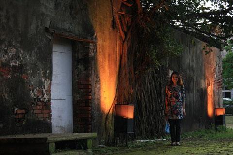 六點過後的樹屋點了燈像火在燒似地詭異