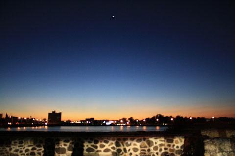 一顆閃閃發亮的小星星掛在天際,安平今天真美