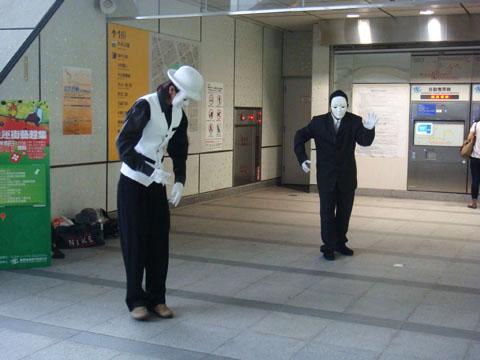 然後又回到捷運往下一站前進,剛好遇到街頭表演機械舞