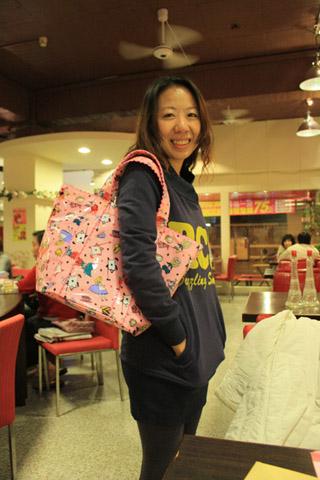壽星說很喜歡唷,但也嚴重抗議這是她第三年收到包包了...!