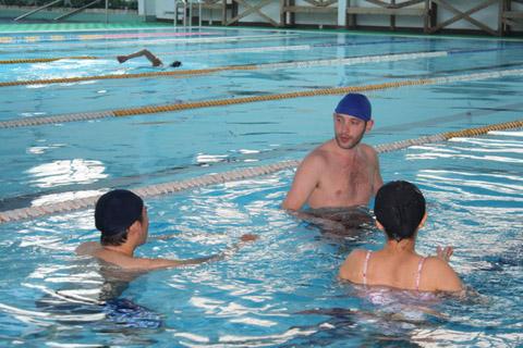 尼可對於進泳池要戴泳帽的規定感到很驚訝,但不得不妥協