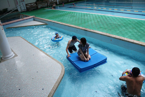 這真的超有趣,但很怕會摔進水裡~