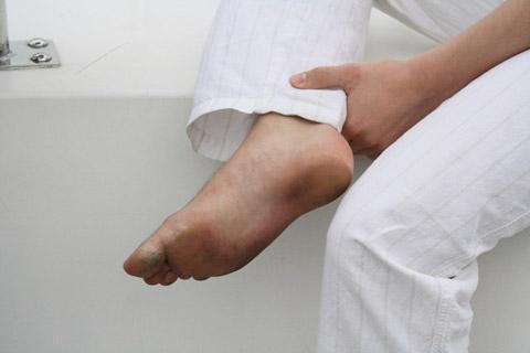 Nico的腳真的很髒!!!他除了工作,其他時間都穿拖鞋趴趴走