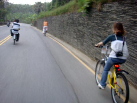 小拖盡力幫大家紀錄騎車英姿,結果下一秒卻摔車了!!