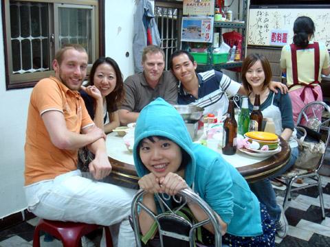八點多回到台南,馬上約bill一起去吃沙茶爐