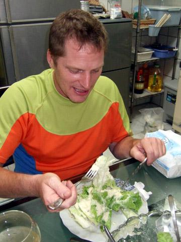 請注意看沙拉上的白粉,那些全部是起士粉啊啊啊!!!