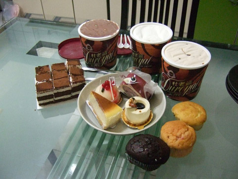 誇張的餐後甜點有三大盒冰淇淋、提拉米蘇、四塊小蛋糕、馬芬蛋糕