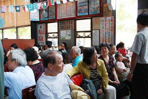 很像候車室的候位處坐了一堆中老年人~顯得更像候車室了!